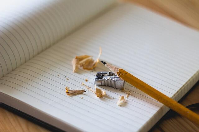 暇つぶしで鉛筆の芯