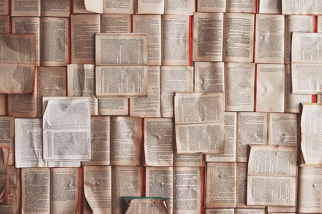 暇つぶしで新聞を見る